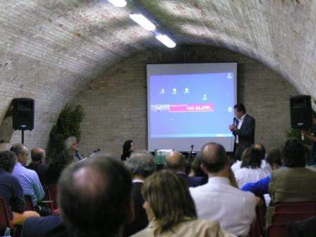 Discorso di apertura del convegno. A sinistra Patrizio Roversi, conduttore