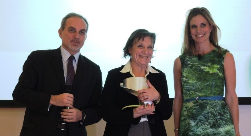 La presidenbte IUBILantes, il pemio, la presentatrice  e il direttore di SETTE